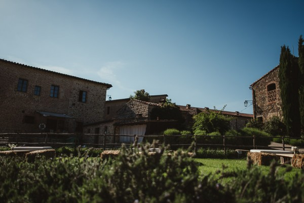 tuscan-country-chic-wedding-photography-open-field-ceremony-1047