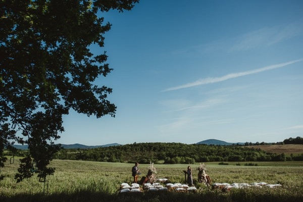 tuscan-country-chic-wedding-photography-open-field-ceremony-1061