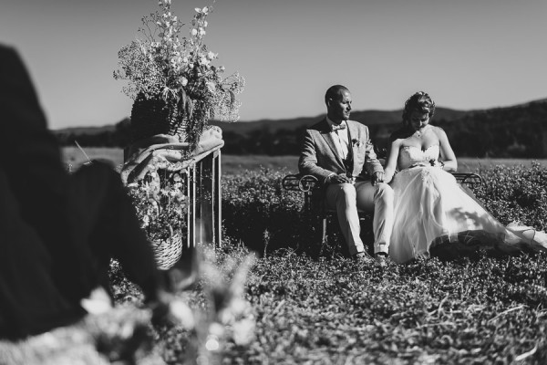 tuscan-country-chic-wedding-photography-open-field-ceremony-1071
