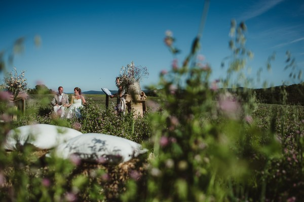 tuscan-country-chic-wedding-photography-open-field-ceremony-1076