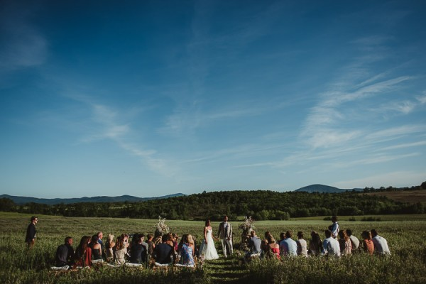 tuscan-country-chic-wedding-photography-open-field-ceremony-1094
