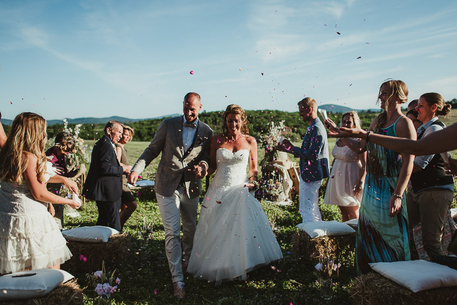 tuscan-country-chic-wedding-photography-open-field-ceremony-1095
