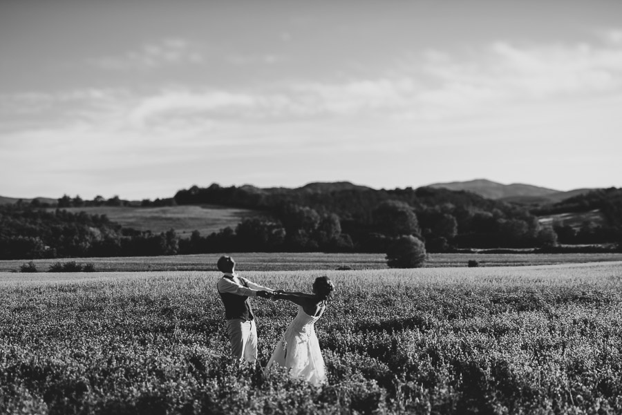 tuscan-country-chic-wedding-photography-open-field-ceremony-1103