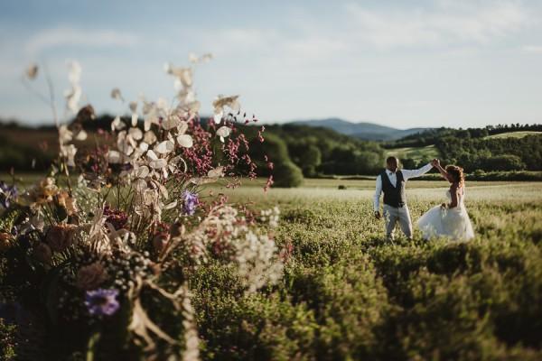 tuscan-country-chic-wedding-photography-open-field-ceremony-1104