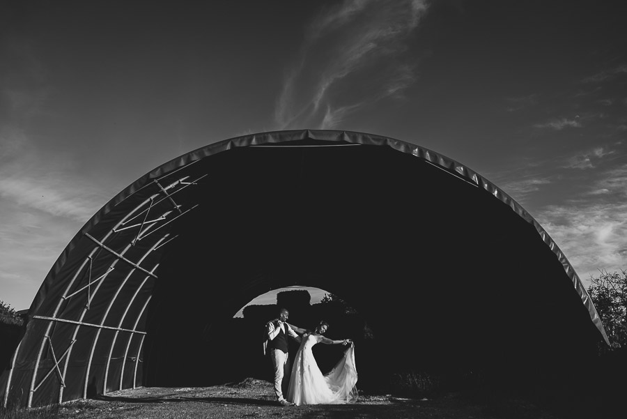tuscan-country-chic-wedding-photography-open-field-ceremony-1117